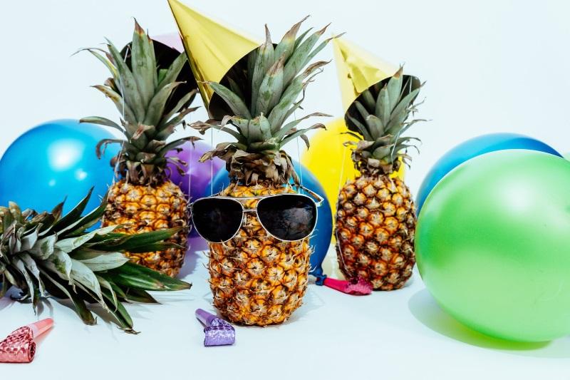 Ананасы празднуют день независимости ананасов